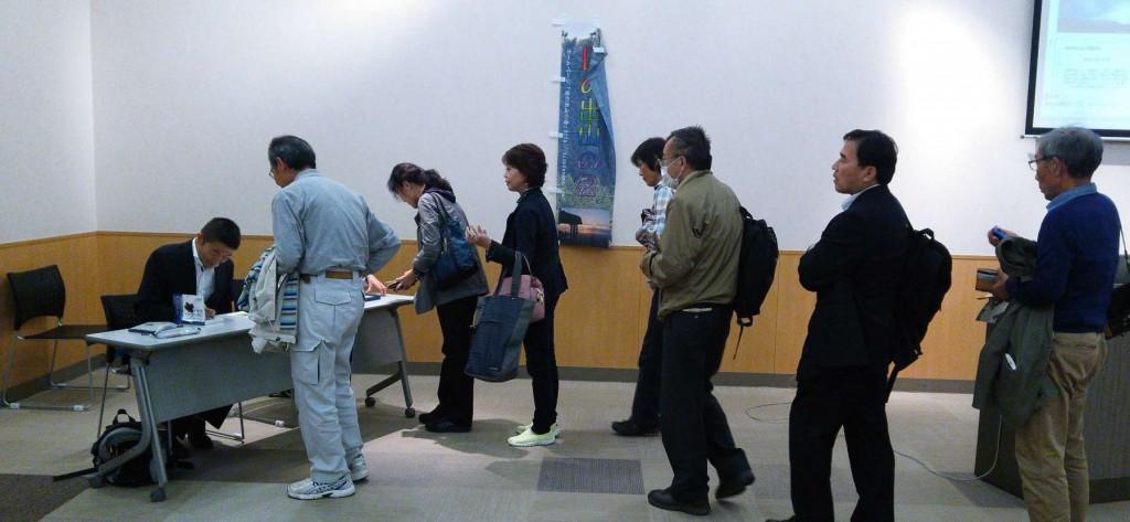 講演後に講師の著書のサイン入り販売があり、持参した全てが完売されました。