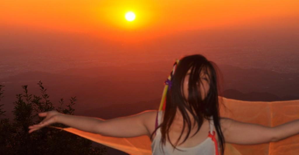 御岳神社から見て日の出の方角に有る山が日の出山。山名はそこから名づけられたとの説が信じられている。
