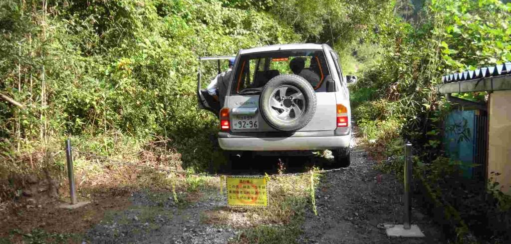 タルクボ林道の入り口ゲートは、新しくステンレス製のポールや鎖に替えられた。林道は一般車は通行禁止だが、今回は林務関係者同行により、4厘駆動車で入山した。