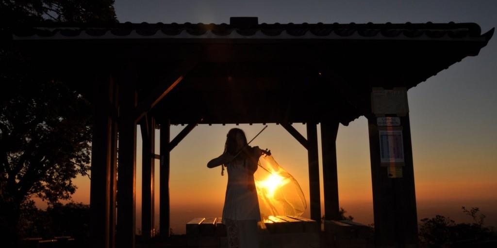 日の出は赤子の誕生のように生命力にあふれ、みるみる登ってゆく姿は、赤子の成長を見る思いだ。