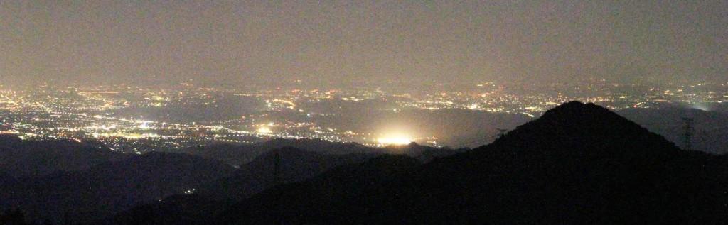 夕食後は、夜のとばりが降りた山頂へ。今日は霞がかかり都心のビルの明かりや、スカイツリーなどが見えなかった。