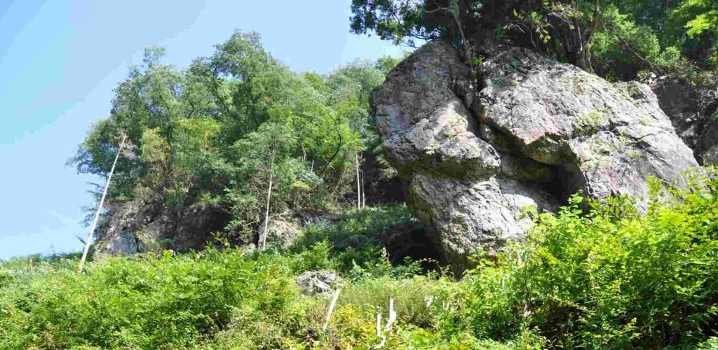 林道終点手前の右上に大岩がせり出しているのが見える。ここが麻生山の尾根の東端になる。