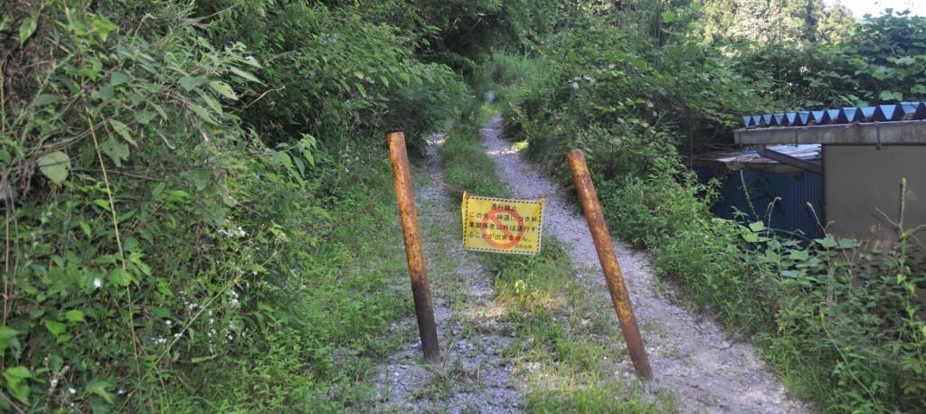林道はあくまでも林業のための作業道であり、一般道の安全対策はなされていない。一般車両の進入は禁止されているが、歩行は自己責任で通行可能だ。