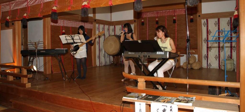 普段は神代神楽や雅楽など、厳かな楽の音が響く神楽殿に、現代の若者のJポップスが響きました。