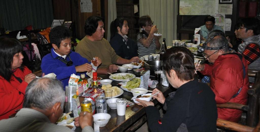 子のイベントは、一泊2食飲み放題で4000円。食事はデザート付きで豪華だ。しかも食後はコンサート付。!!