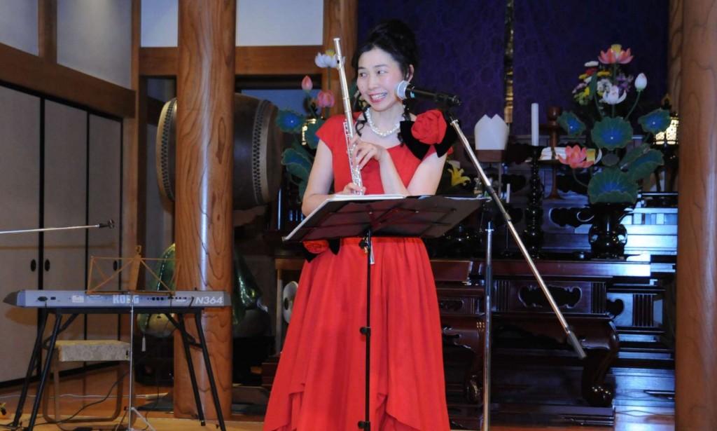 休憩を挟んでの第二ステージは、隣のあきる野市在住のフルート奏者、村野直子さんのフルート演奏です。本堂という空間に合わせた選挙区での演奏で、素晴らしい音色が響きました。