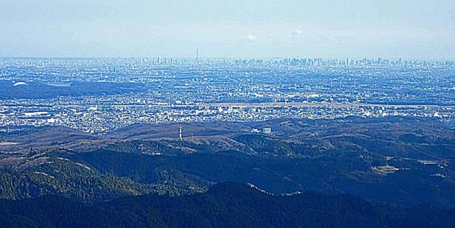中央にスカイツリー。左に西武球場と山口湖。右は新宿副都心のビル群。今日はうすぐもり、晴れればもっとはっきり見えるはずだ。