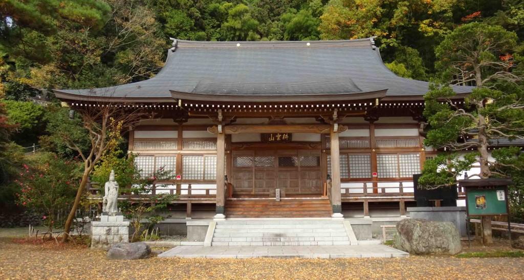 広い境内の一角に有る本堂は、緑の山をバックにし、地面には銀杏の黄色い葉が絨毯のように敷き詰められていました。