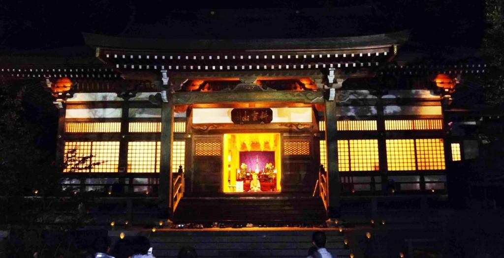 本堂に灯りが灯され、ライトアップコンサートの始まりです。