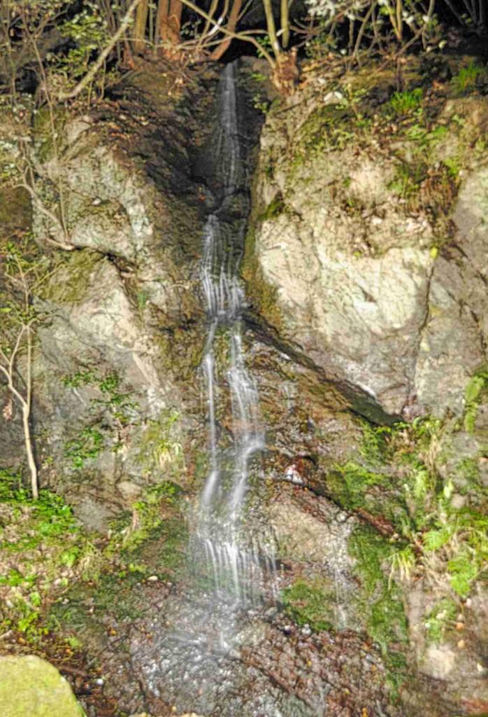 坂本地区に有る「不動滝」は、今でこそ水量が少なくなっているが、昔は水音を轟かせていたとのこと。衰勢による岩の神職を見れば、それもうなずける。寒さが厳しい年は氷瀑となる。