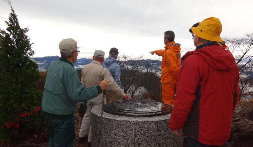 御来光の絶景ポイントの日の出山山頂も、日の出の時間には霧に包まれていましたが、下山時間にはきりもはれ、山頂のジオラマを見ながら日の出山系の説明などしました。