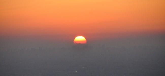 太陽は薄雲のフィルターを通して減光され、真っ赤に染まった優しい光だった。