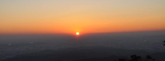 予報より10分ほど遅れて、雲の上から今年最初の日の光が注がれた。