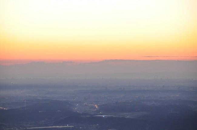 この標高での日の出の時間は6時54分。空があかね色に染まってきましたが、低い位置に雲があり、遅れそうです。