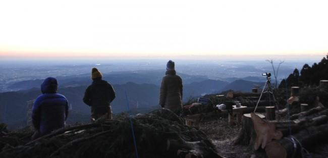 山頂は皆伐が終わったばかりで、檜の香りがする中、刻々と変わる比嘉派の空を眺めながら、夜明けを待ちました。