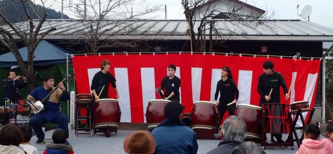 津軽三味線の独走のほあと、急きょ決まった和太鼓と津軽三味線の合奏で、会場を盛り上げます。