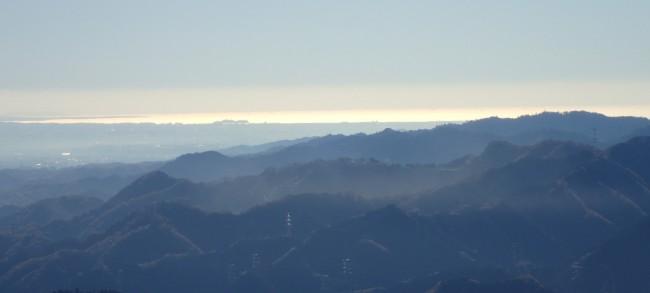 この碑は空気が澄み、10時ごろは相模湾が陽の光を反射して光り、江の島がシルエットとなって良く見えました。