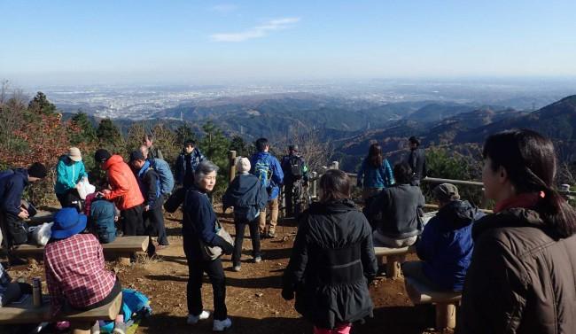 昼頃になると、御岳山からのハイカーが続々と到着し、たくさん有るベンチも満杯となり、景色を眺めながらの昼食で賑わいます。