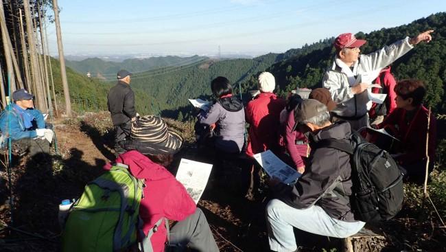 伐採された柚木の森では、柚木生産森林組合の人からの説明を受けました。