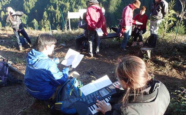 森林組合の説明に続いて、日の出山の会の光野さんのキーボードと歌唱指導により、合唱が始まりました。