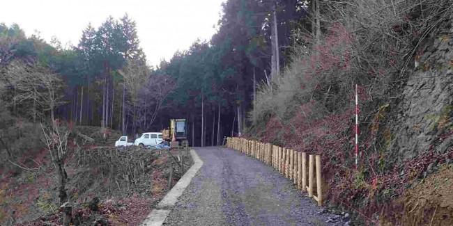 麻生林道最高点の麻生平は、伐採に並行して整備され、日の出山や梅野木とうげを望む、快適な休憩ポイントになった。