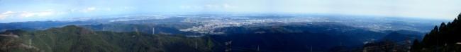 山頂からのパノラマ写真。写真の左右の角度は180度を超え、秩父から横浜港が視野に入る。