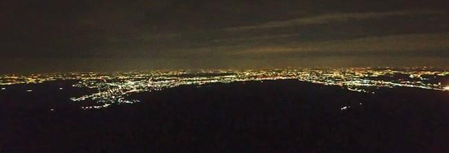 空は急激に光を失い、山肌は闇にしずみ、都会の光は空を照らし始める。