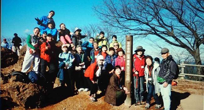 山頂にて記念写真を撮り、梅野木峠方面への尾根を、高峰山へと辿ります。