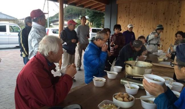 柚木生産森林組合の女性たちが用意してくれたトン汁や、地場産の食材を使った煮物をたっぷりと戴き、幸せ気分で帰路につきました。予定時間を1時間ほどオーバーしましたが、その分盛りだくさんの山旅でした。