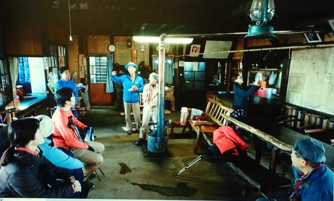 休憩中には東雲山荘についてのお話や、平成24年の11月に浩宮皇太子殿下がこのテーブルと椅子で昼食をとられたり、この薪ストーブで沸かしたお茶も飲まれたお話をしました。