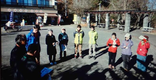10時に御嶽山ケーブル山頂駅前広場に集合。オリエンテーションとストレッチ体操後、2班に分かれて出発。