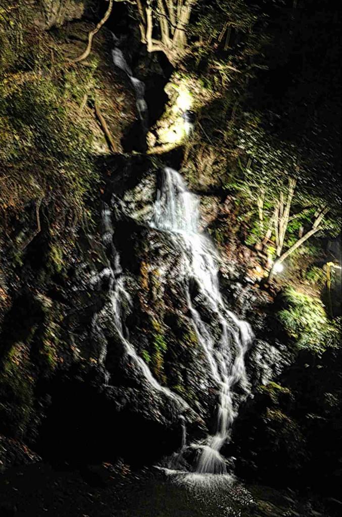 日の出山登山の人気コース「白岩の滝ルート」の登山口に有る白岩の滝。三つの滝があり、これは中段の滝。