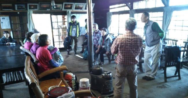 山頂て前に有る宿泊施設の東雲山荘で一休み。近くにバイオ循環型の水洗トイレもあります。