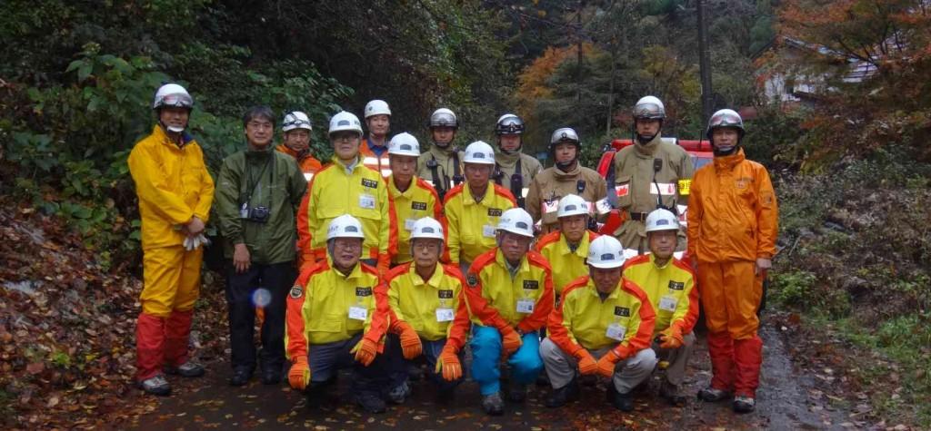 山林火災発生現地は、日の出山東側斜面が想定され、不動沢と平井川の合流点の滝元に司令部が設置されました。当日は11名のアドバイザーの内、9名が参加しました。