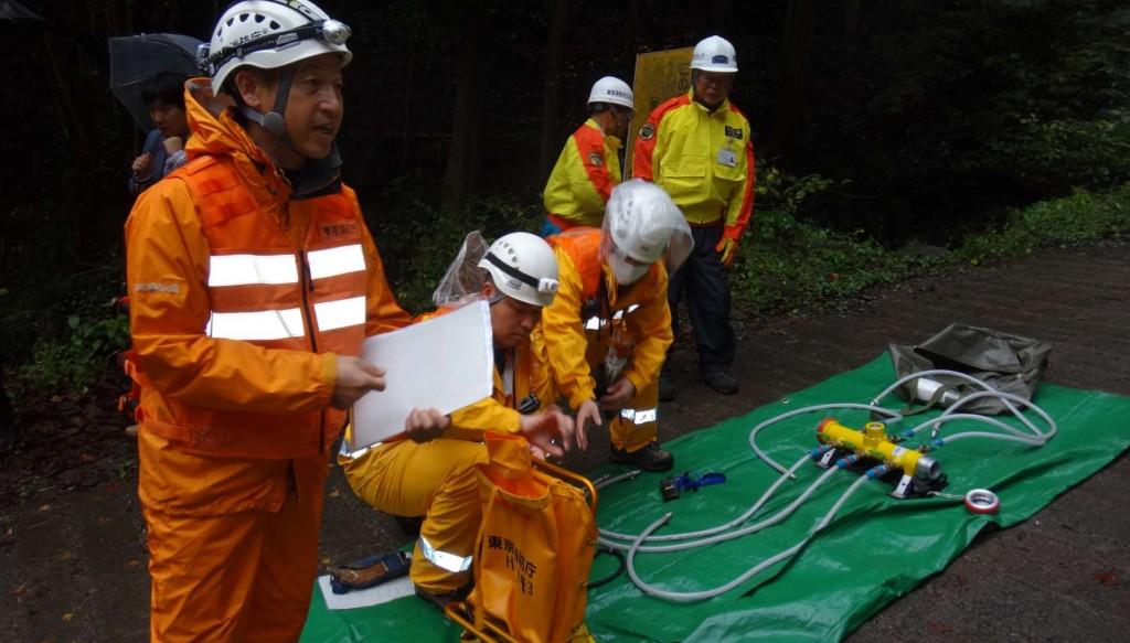 澤などの水利から山腹へ圧送するときの分岐栓等、実際に山林火災に使われる機材の説明を受ける。