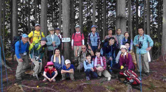 標高794mの麻生山山頂で記念写真を撮り、金毘羅尾根からクロモ岩を経由して日の出山へ向かいました。