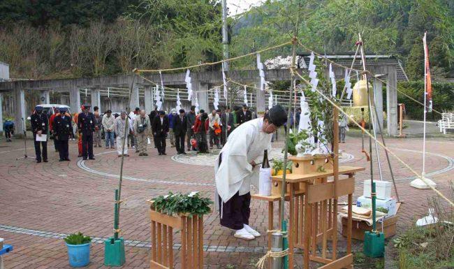 安全祈願は賑わい広場にしめ縄を張り、日の出町の幸神神社の神官により厳かに執り行われました。