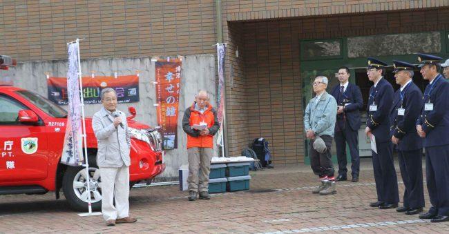 来賓は日の出町橋本町長をはじめ山岳救助関連の秋川消防署、五日市警察署、奥多摩自然保護官、日の出町役場職員及び議員の皆さま、商工会及び観光協会役員に参列を戴き、玉串の奉奠をされました。写真は祝辞を頂く橋本町長。