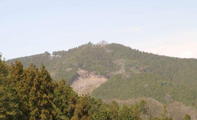 新麻生平からは、これから登る日の出山が良く見える。中央が日の出山山頂で東屋が見え、そこから尾根沿いに左に辿ると東雲山荘が見えます。