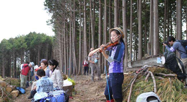 山頂の眺めとヴァイオリンの演奏を聴きながら、昼食と休憩をとりました。