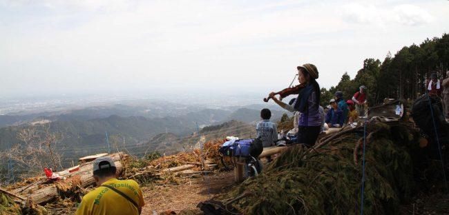 新麻生平から15分ほどで標高794mの麻生山山頂に到着する。以前は樹林で全く視界がきかなかったが、12月に皆伐され横浜から秩父方面まで180度の素晴らしい眺望になった。