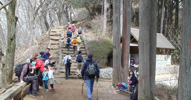 山荘から山頂までは3ブナぐらい。右側に水洗トイレがあり、登山者の休憩ポイントとして賑わう。
