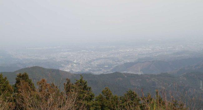 眺望のすばらしさで有名な山頂も、今日は春霞がかかり、高層ビル群やスカイツリーなども見えません。