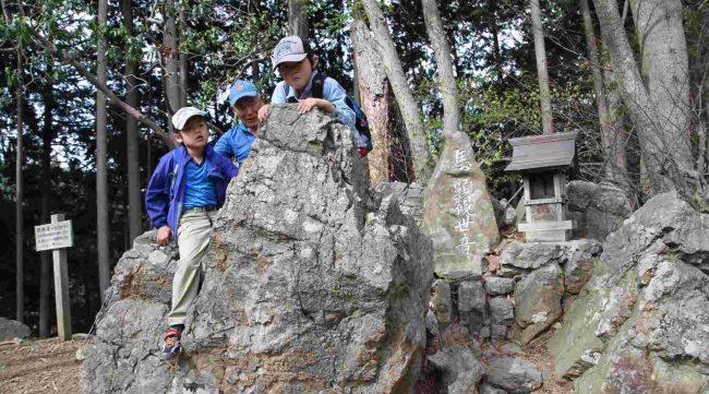 あご掛け岩は、東征から大和の国へ帰る途中、病で苦しむ日本武尊がこの岩にまたがり、右側にあごを掛けて休んだと伝わる。日本武尊は2メートルを超す大男だったといわれるので、あごを掛けるにわ丁度良い高さだったようです。