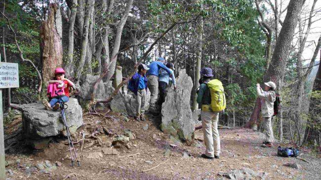 下山は尾根道のあご掛けて和コースを辿り、つるつる温泉へ下ります。ここは途中の日本武尊(ヤマトタケルノミコト)のあご掛け岩。