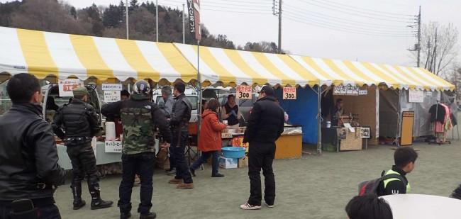 会場内には町内の商店による模擬店も多数出展して、賑わっていました。