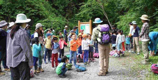 登山口でトイレをすませ、山中での危険回避やマナーの決まりを守る約束をして、歩行を開始。