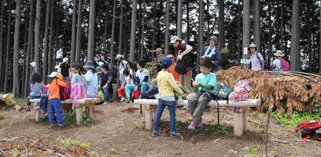 今日最初の山頂、麻生山に到着。子供は景色よりおやつで、早速リュックを開きゴソゴソ。だ。