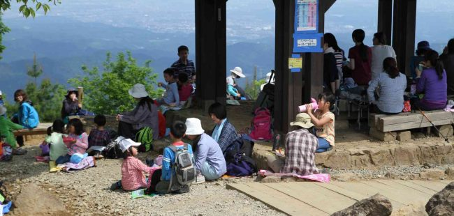 山頂は景色を眺めながらの昼食ポイントになっていて、東屋やベンチもたくさんあるが、1時の到着時には満席だった。