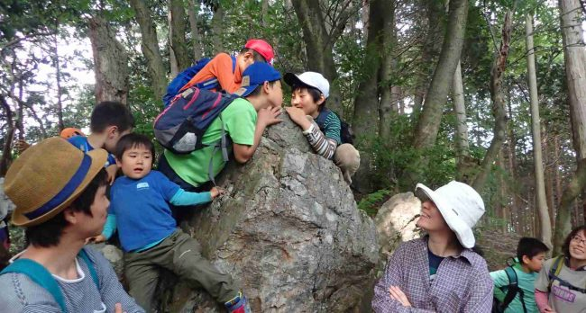 馬頭観音の有る日本武尊(ヤマトタケル)のあご掛け岩。奈良朝廷に東征を命じられた日本武尊が故郷へ帰る途中、病に苦しみ、この岩にあごを掛けて休んだといわれる岩。